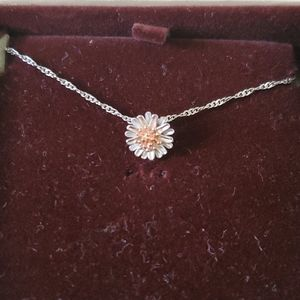 NWT! Cute 2 Toned Flower Necklace